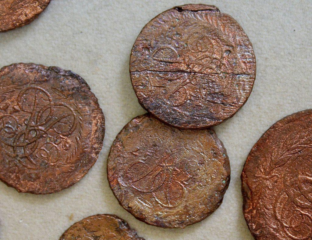 В центре Москвы нашли клад из старинных монет и 500-летние надгробия