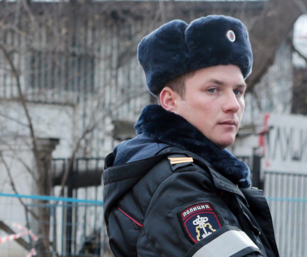 Бомба взорвалась возле школы в Ростове, работает полиция