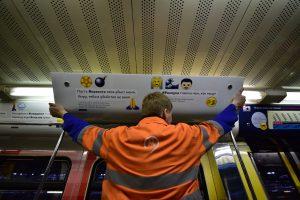 Московское метро обновит наклейки на электронных табло в вагонах