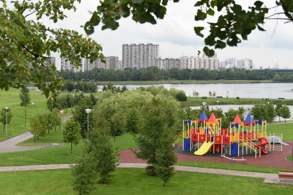 Парк парламентского центра на Страстном бульваре открыли для горожан