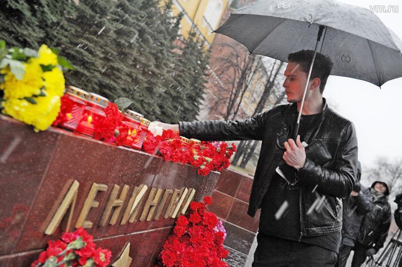 Москвичи приносят свечи и гвоздики к представительству Правительства Санкт-Петербурга