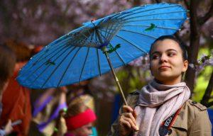 Организаторы готовы предоставить участникам временный карнавальный реквизит — шляпы и зонтики. Фото: mos.ru