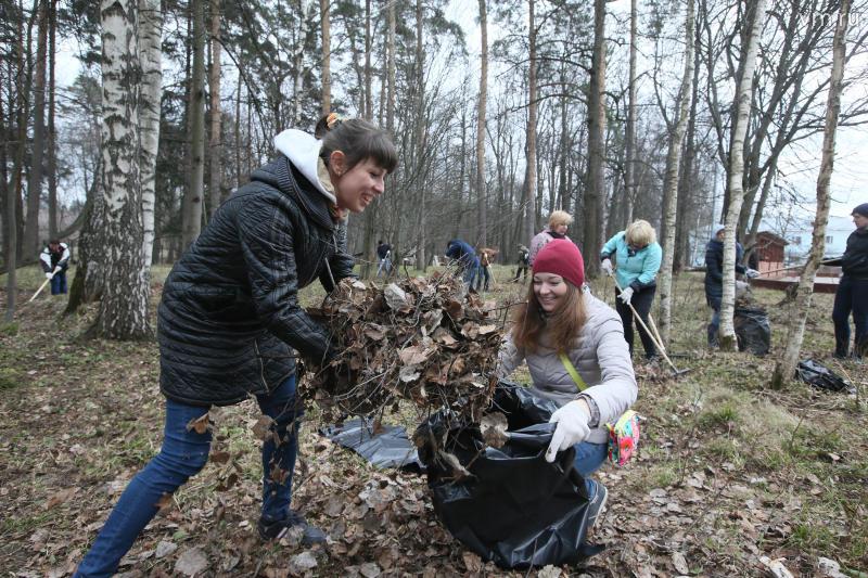 Уборку территории в рамках субботника провели в детском доме во Внуковском