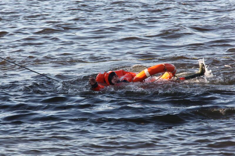 В Москве спасатели вытащили мужчину из реки