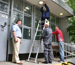 """В подъездах домов в Сосенском заменят освещение. Фото: Антон Гердо, """"Вечерняя Москва"""""""