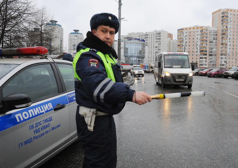 Медики осматривают мужчину после стрельбы на западе Москвы