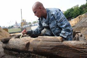 Деревянную мостовую XVII века нашли в центре Москвы