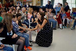 Певица исполнила некоторые песни из своего репертуара. Дети весело подпевали и танцевали вместе с артисткой. Фото: пресс-служба УВД по ТиНАО