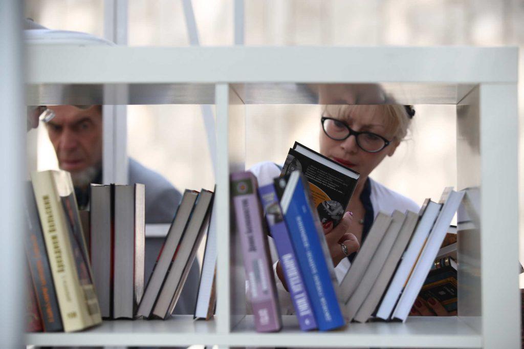 Уличная библиотека появилась на остановке «Яковлевское»