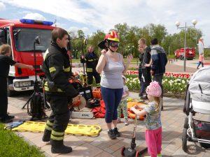 Пожарные познакомили всех с пожарно-спасательной техникой. Фото: Ирина Ким