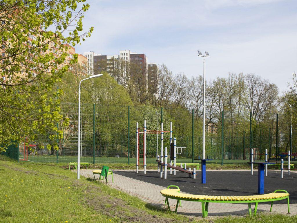 Новые опоры с прожекторами появились на спортивных площадках школы. Фото: пресс-служба ГУП «Моссвет»
