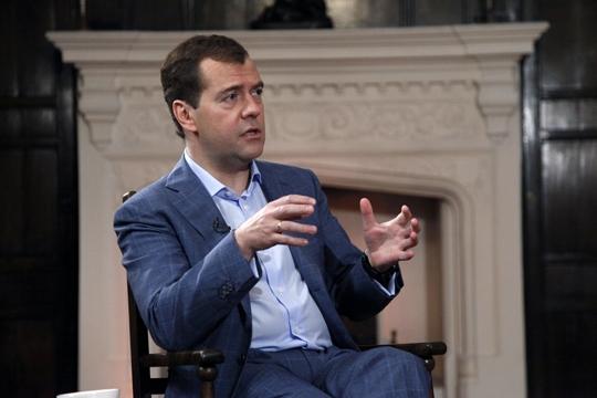 Премьер Медведев поручил сравнять МРОТ с прожиточным минимумом