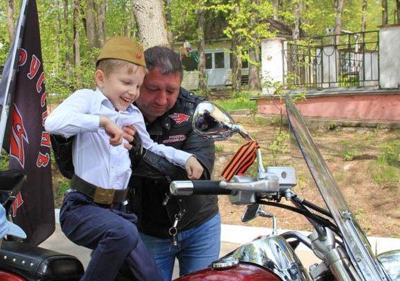 Ребята забирались на мотоциклы и задавали многочисленные вопросы гостям. Фото: РОО «Объединения многодетных семей города Москвы»