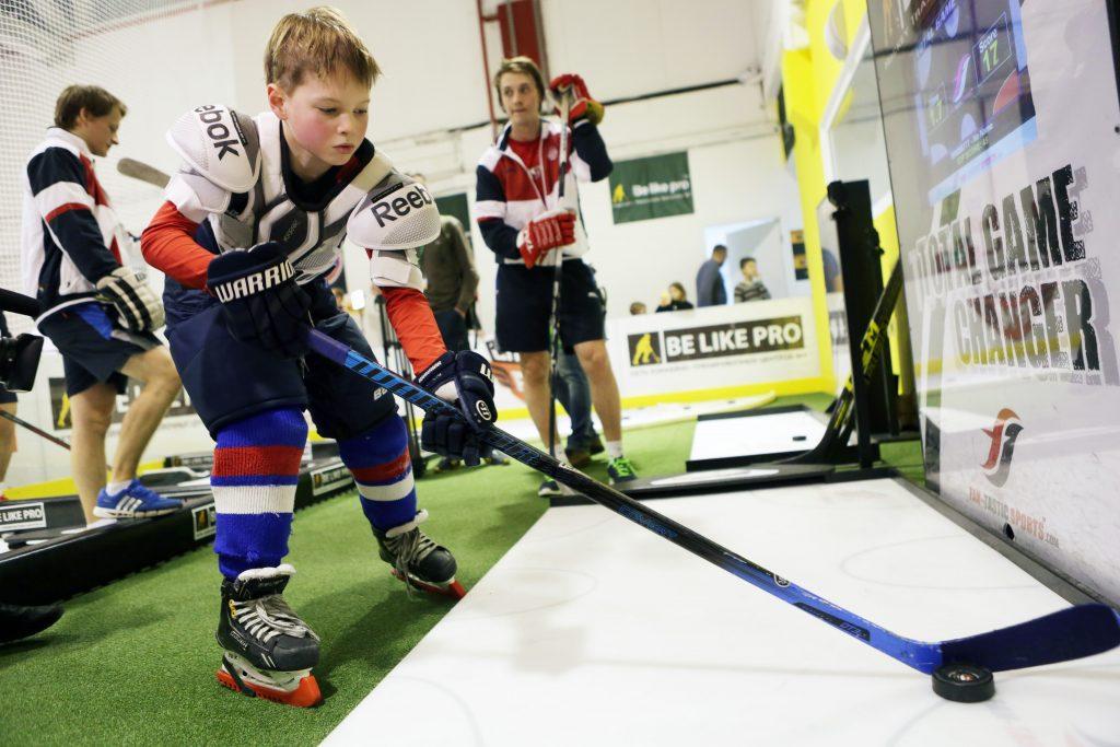 Хоккейную площадку в Кленово обустроят раздевалками и помещением для инвентаря