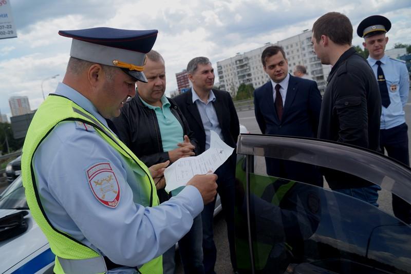Полицейские ТиНАО вместе с общественниками выявили нарушения в превышении уровня тонировки стекол транспортных средств