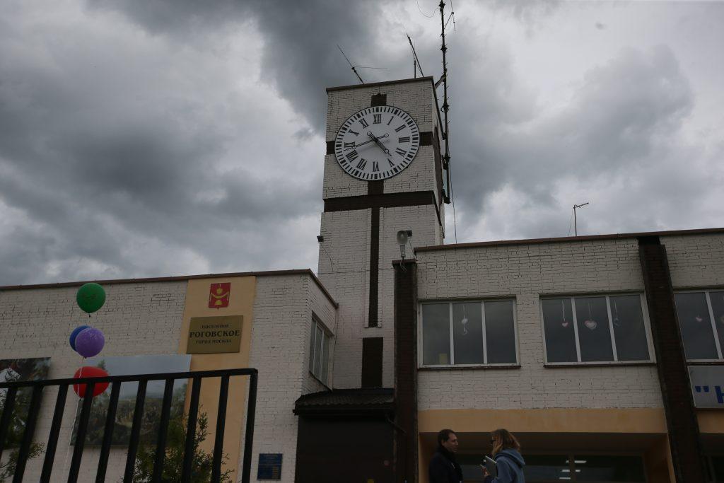 Первый бой курантов: часы на башне запустили в честь юбилея поселка Рогово