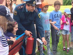 Хорошая погода позволила провести дальнейшие занятия с детьми по правилам и требованиям пожарной безопасности на улице. Фото: пресс-служба Управления МЧС по ТиНАО