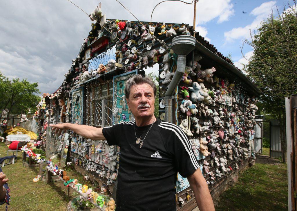 Зосимова Пустынь. 10 июня 2017 года. Николай Панферов с гордостью показывает свой «мохнатый дом». Фото: Виктор Хабаров