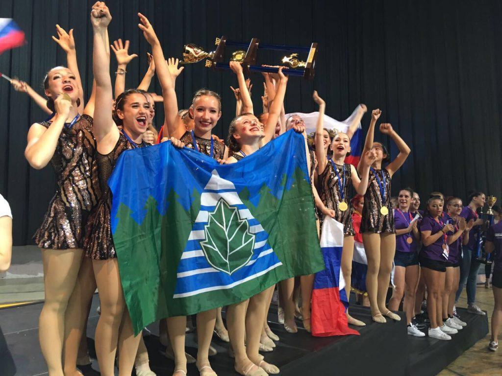 Домой — с победой: Троицкие чирлидеры заставили чешских зрителей петь гимн России. Фото: Наталия Мальцева