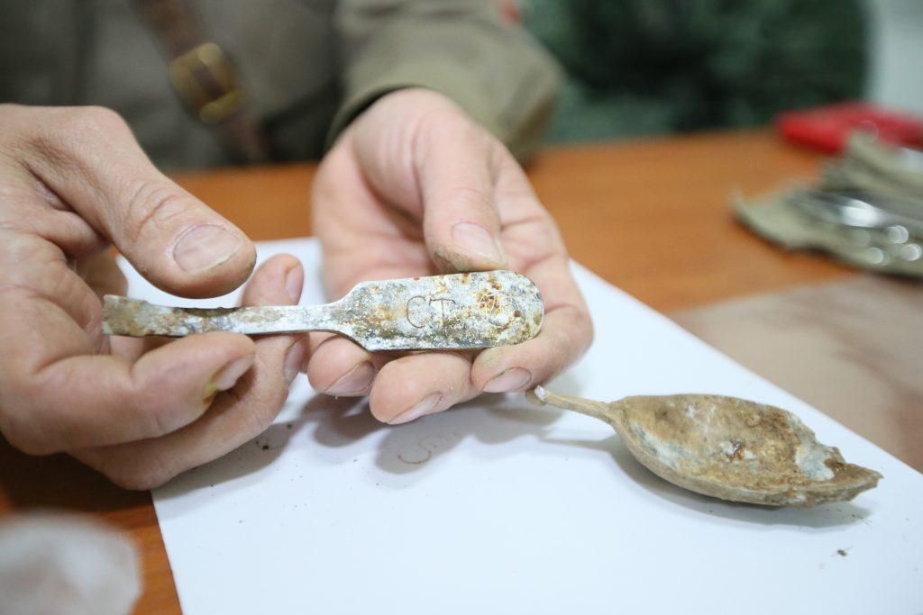 Найденный в земле смертный медальон оказался пустым, без вкладыша. Может, ложка с инициалами «СТ», найденная в сапоге солдата, что-то прояснит. Фото: Виктор Хабаров