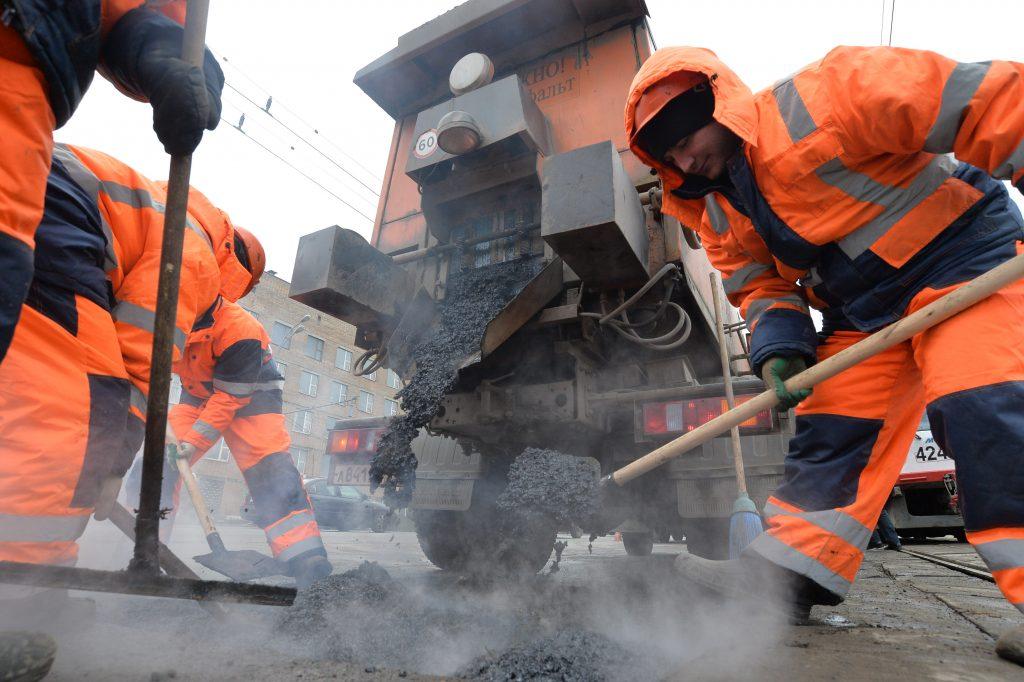 В Москве отремонтируют 469 участков дорог. Фото: Александр Казаков