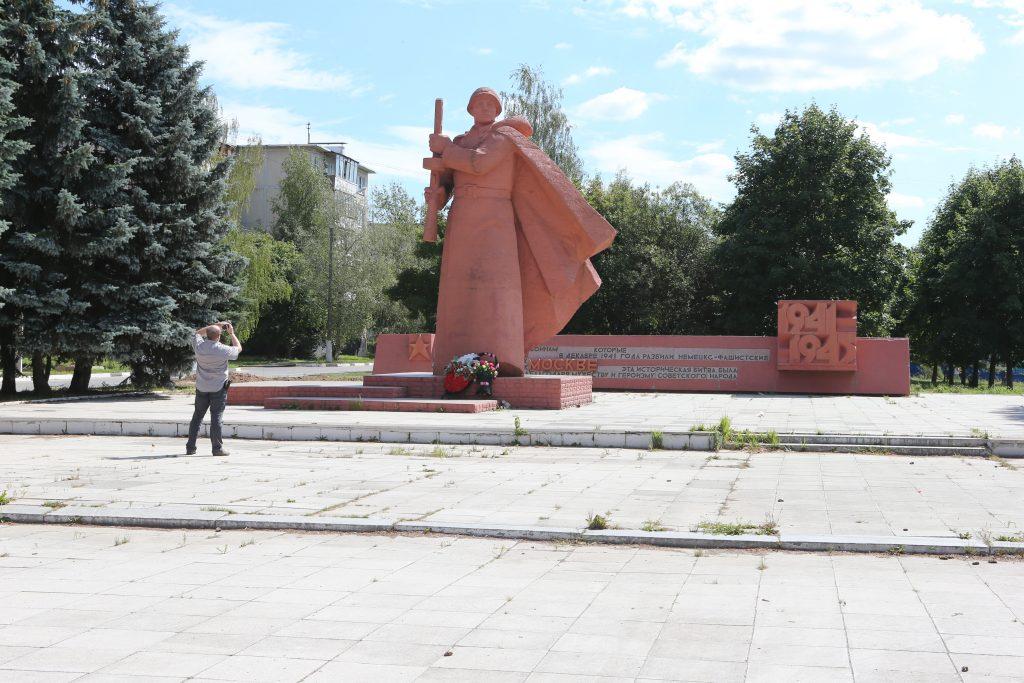 8 апреля 2016 года. Новофедоровское. Отреставрированный памятник победителю Великой Отечественной войны.