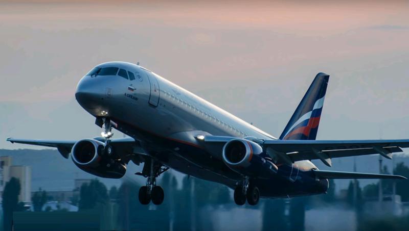 Молния ударила в два самолета в Москве