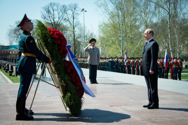Владимир Путин принял участие в церемонии возложения венков к Могиле Неизвестного Солдата