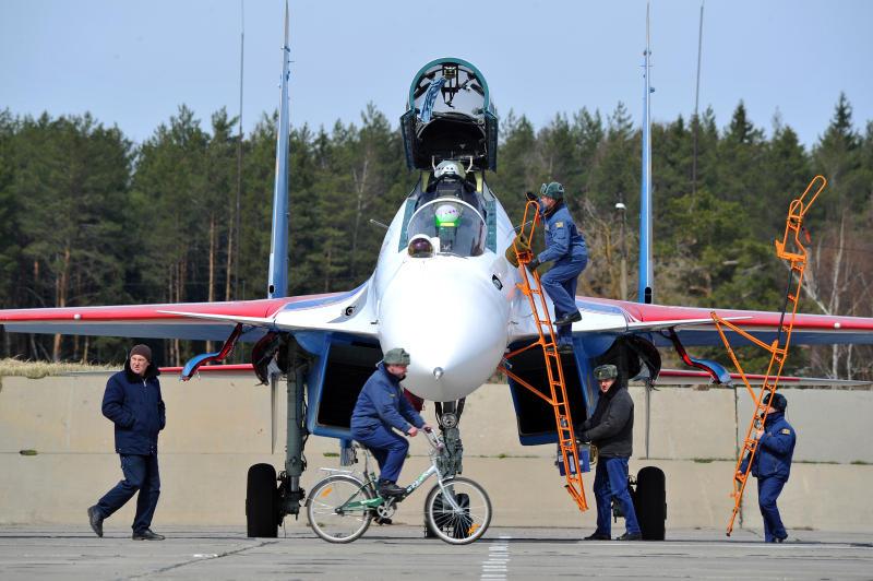 Десять самолетов готовы к метеоразведке в День России
