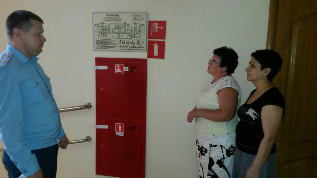 В ходе проверок сотрудники оказывают необходимую методическую помощь персоналу учреждений. Фото: пресс-служба Управления МЧС по ТиНАО