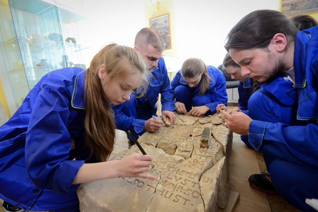 Горожанам покажут шахматный клад и артефакты из кабака XVIII века