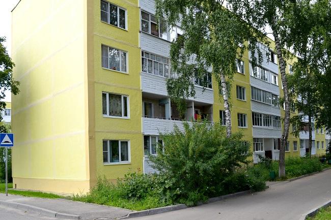 Фасады трех домов покрасили в Роговском