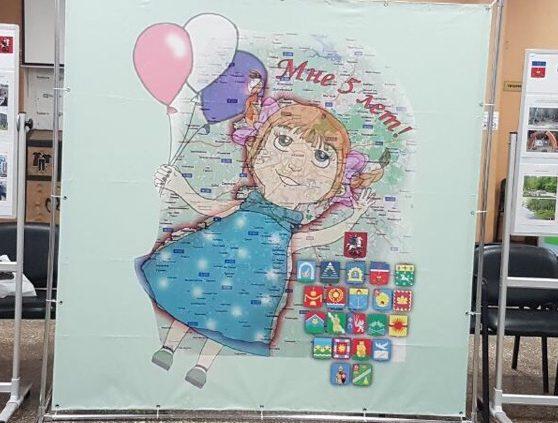 Пятилетнюю девочку изобразили на логотипе Десеновского к юбилею Новой Москвы