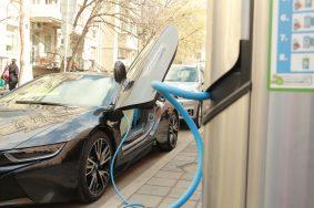 В Москве планируют открыть парковки только для электромобилей