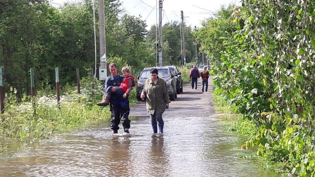 Последствия подтопления в Марушкинском оперативно устраняют