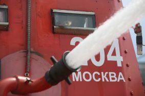 В центре Москвы спасатели потушили горящую иномарку