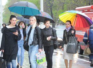 Жителям Москвы в дождливую погоду советуют ярко одеваться и больше развлекаться