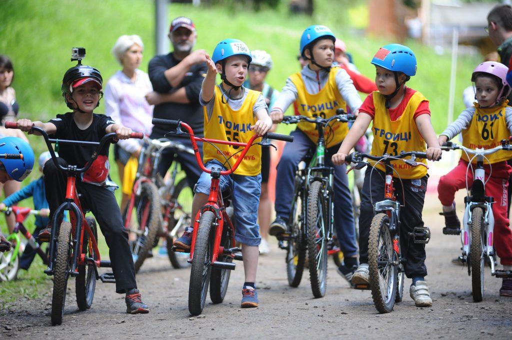 Масштабные велогонки для базы «Лесная» — тоже история привычная. Детские и взрослые, между любителями и профессионалами. 24 июня этого года велопробегом троичане отпраздновали День молодежи. Мужчинам и женщинам предстояло преодолеть пяти- и трехкилометровую дистанции, а для малышей организовали турнир на беговелах — беспедальных двухколесных велосипедах. Фото: Александр Кожохин