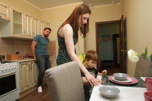 Марина и Валентин Стариковы с сыном Ярославом осматривают образец одной из квартир, которые появятся в новых домах. Фото: Наталия Нечаева