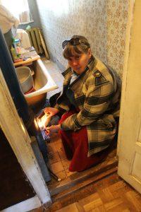 Анна Севзиханова из поселка Армейский мечтает переехать из ветхого жилья по программе реновации. Фото: Владимир Смоляков