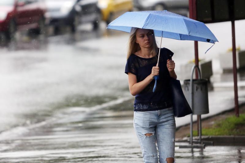 Теплая погода с сильными дождями сохранится в Москве