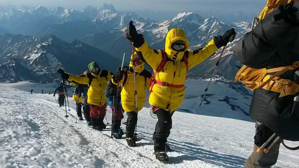 15 июля 2017 года. Эльбрус. Команда из Филимонок поднимается на вершину самой высокой горы России. Фото: Анна Фомина
