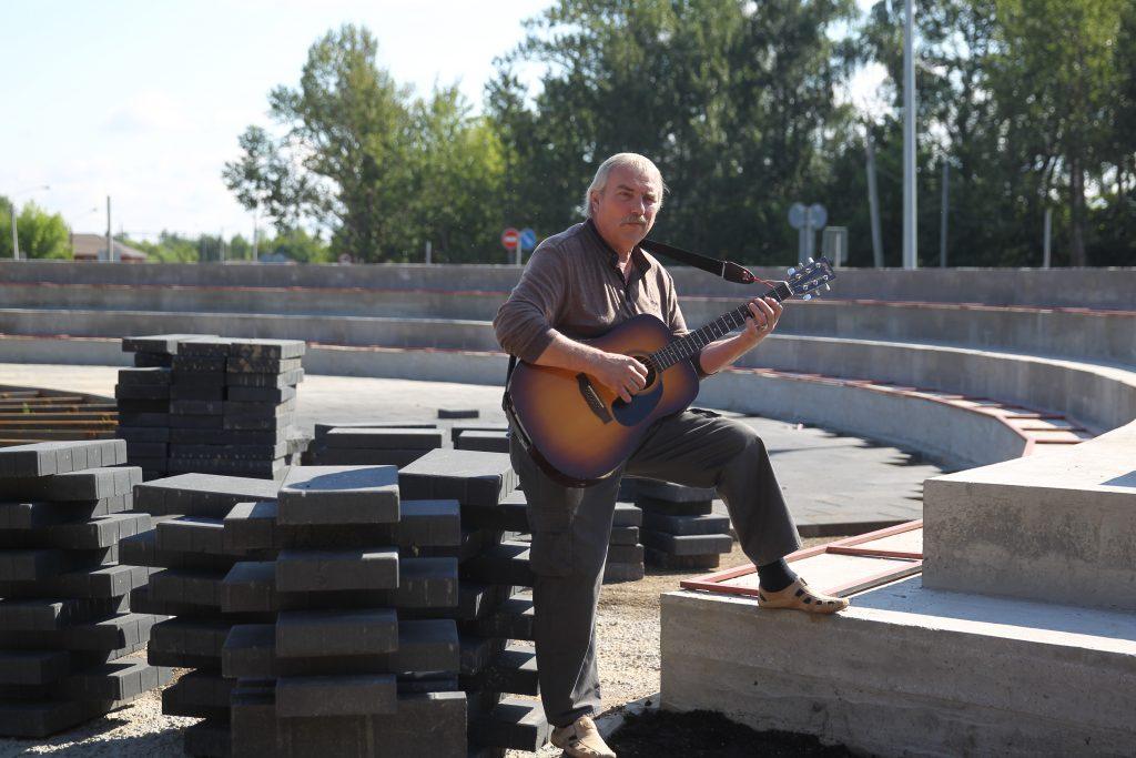 Владимир Доброхотов сам пишет стихи и музыку. Когда достроят амфитеатр, он будет выступать там