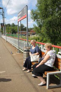 Людмила Сидорунина (слева) и Татьяна Талалаева ждут на станции следующую электричку. Фото: Владимир Смоляков