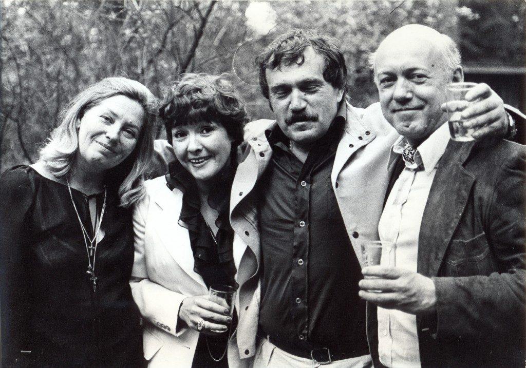 Переделкино, 30 мая 1980 года. Свадьба писателя. Слева направо: Майя Кармен (Аксенова), Белла Ахмадулина, Василий Аксенов, Борис Мессерер. Фото из семейного архива