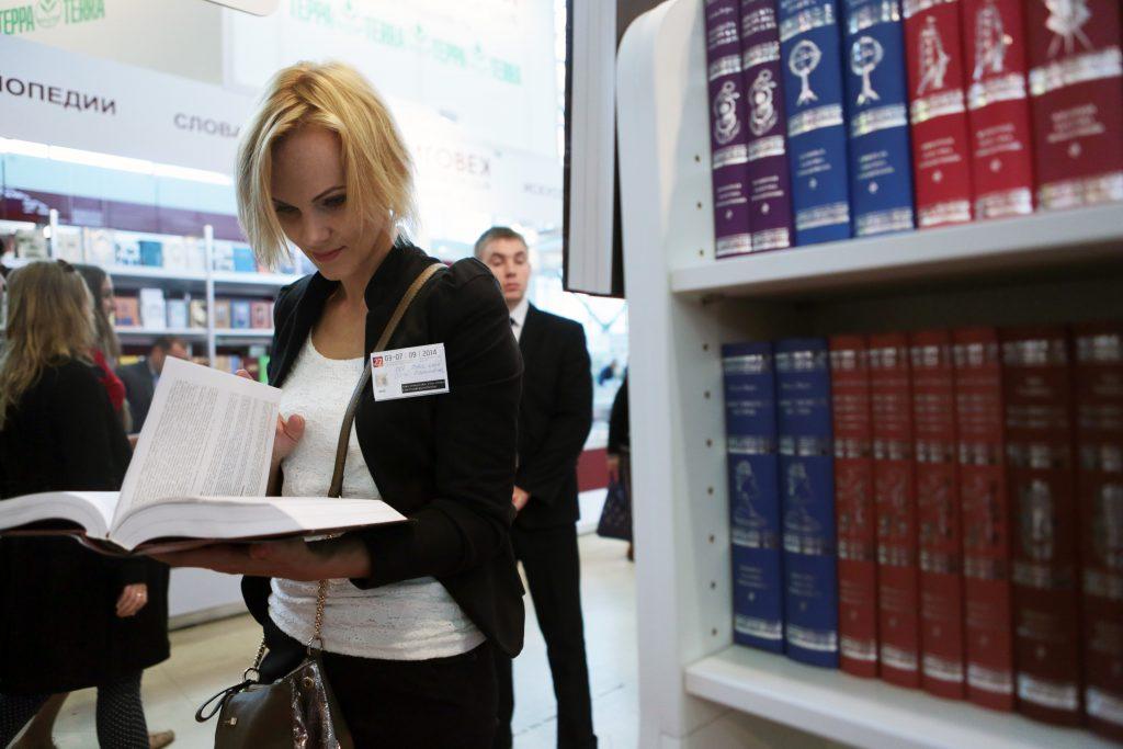 Книжная выставка «Юбиляры года» открылась в Михайлово-Ярцевском