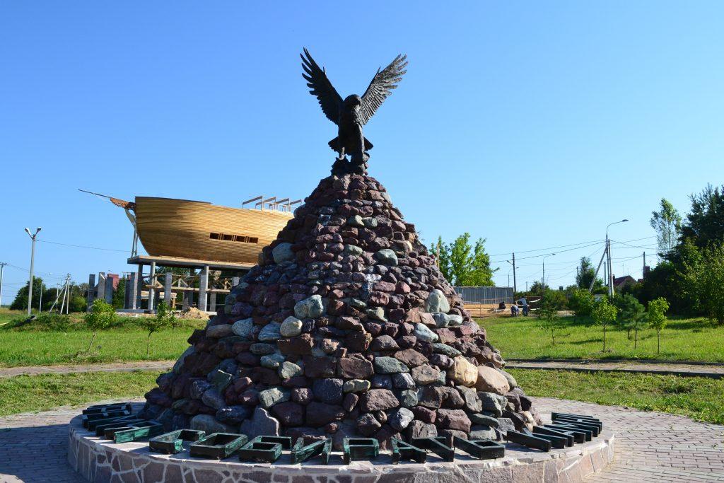 Скульптуру орла установили в Роговском