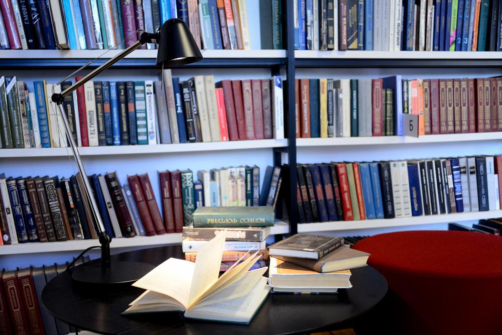 Книжную выставку ко Дню флага открыли в Троицке