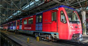 В метро Москвы запустили тематический поезд ко Дню города