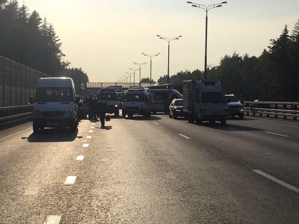 Вертолет Московского авиацентра эвакуировал пострадавшего в жестком ДТП на Киевском шоссе